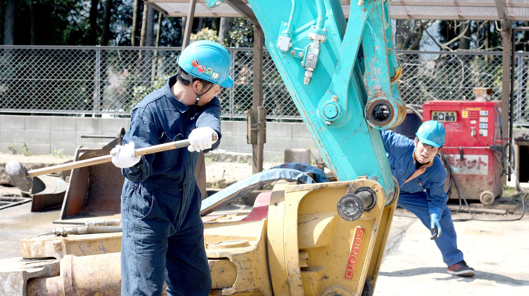 建機アタッチメントの取り付け作業